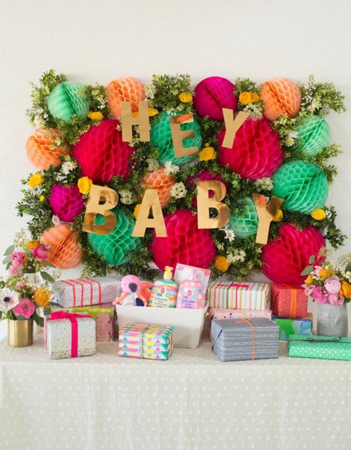 une jolie décoration baby shower à motifs floraux, joli espace pour cadeaux