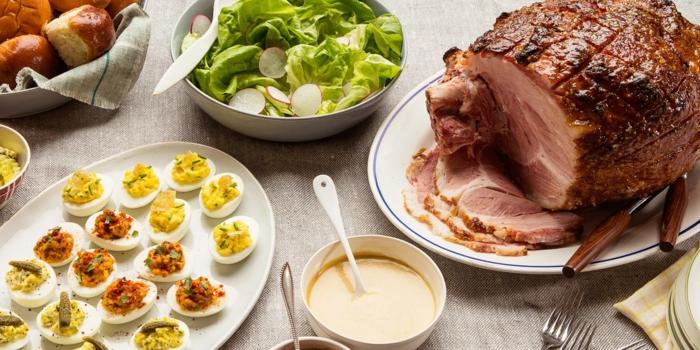 exemple de repas de paques, menu de paques, de l'agneau rôti, salade laitue, radis, oeufs mimosa, pain