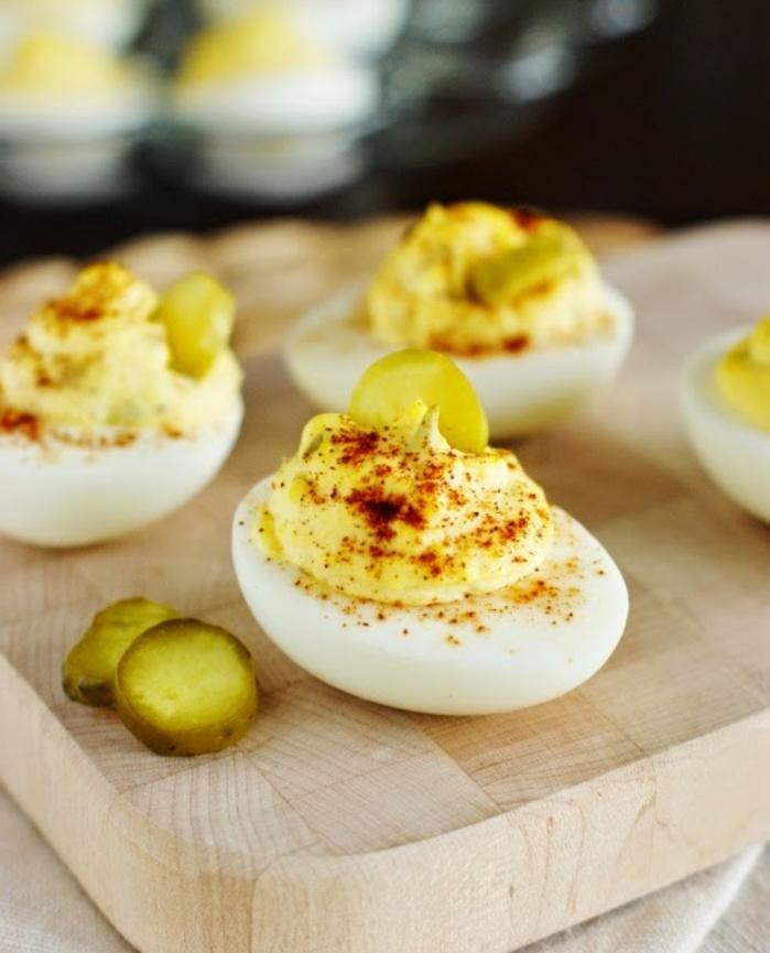 repas de paques, exemple d entree de paques, oeufs mimosa, farcis de mayonnaise et moutard, paprika, cornichon suris