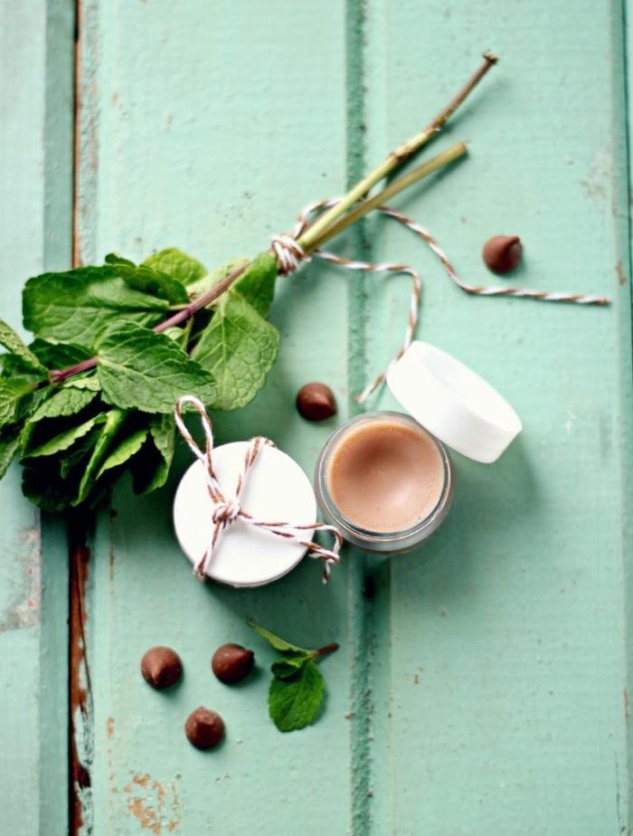 idée de cadeau beauté, recette de cosmétique maison, baume à lèvres naturel au chocolat et à la menthe