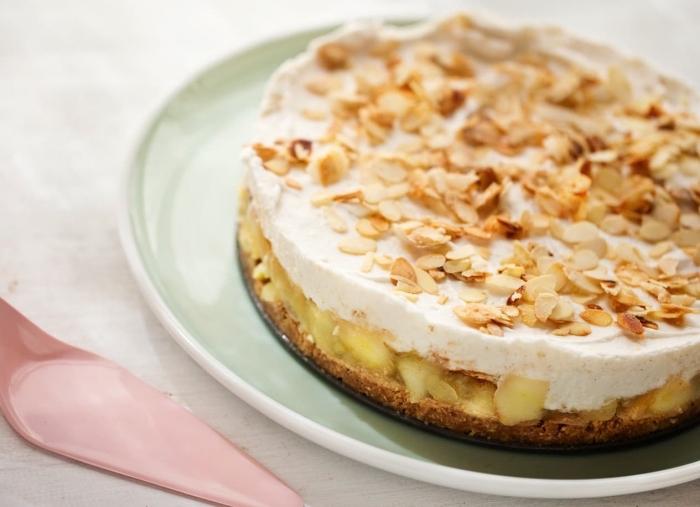 exemple de gâteau aux pommes sans oeufs, recette facile et rapide sucrée, comment décorer un gâteau végétalien
