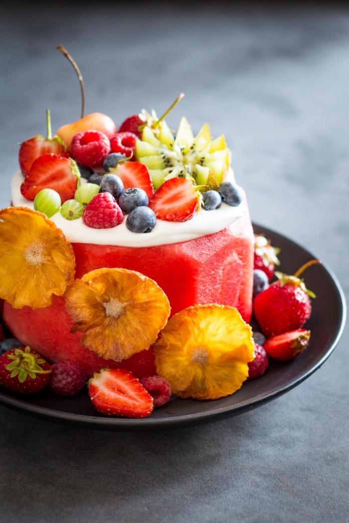 comment préparer un dessert délicieux sans oeufs, idée gâteau d'anniversaire au fruit et crème blanche sans oeufs