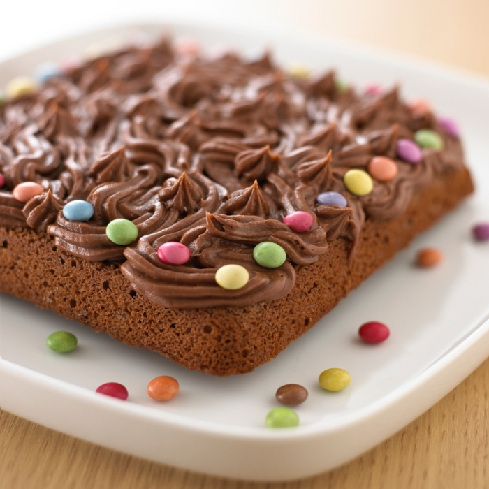 comment décorer un gâteau chocolat avec smarties, idée recette sucrée sans oeufs au chocolat noir et café