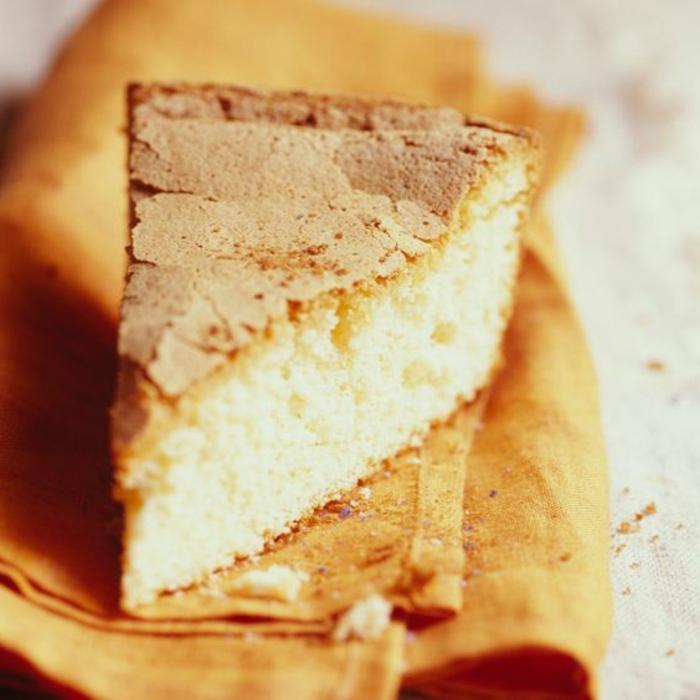 recette gateau sans oeufs, gâteau jaune duveteux avec une surface bien cuite