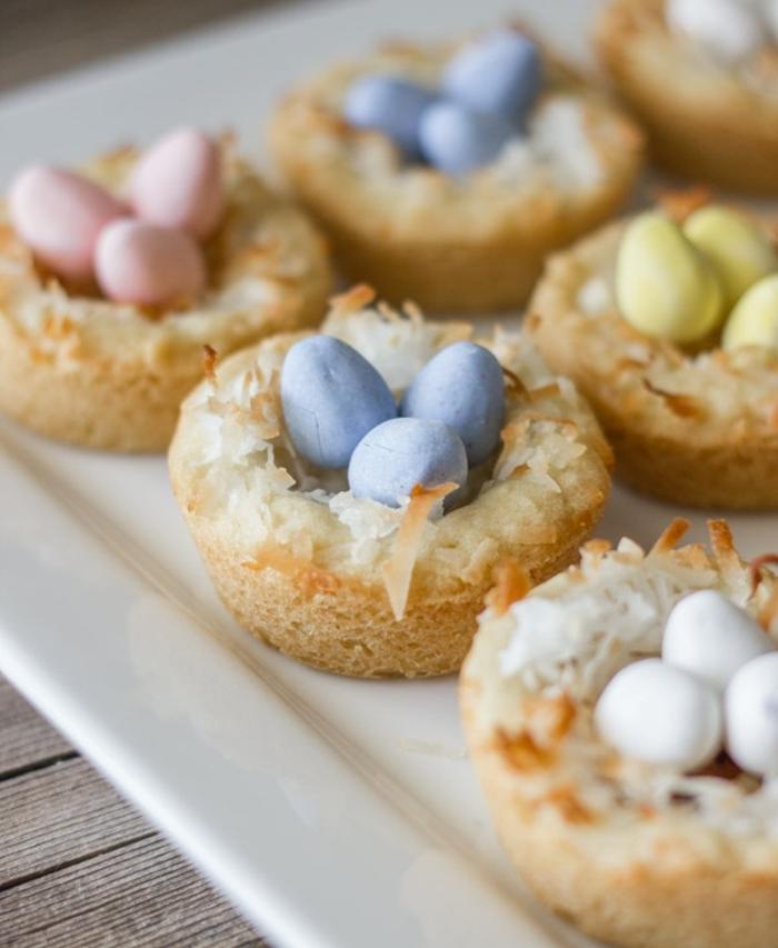petit gateau nid de paques, coco, et oeufs sucrés et colorés, comment faire un dessert de paques