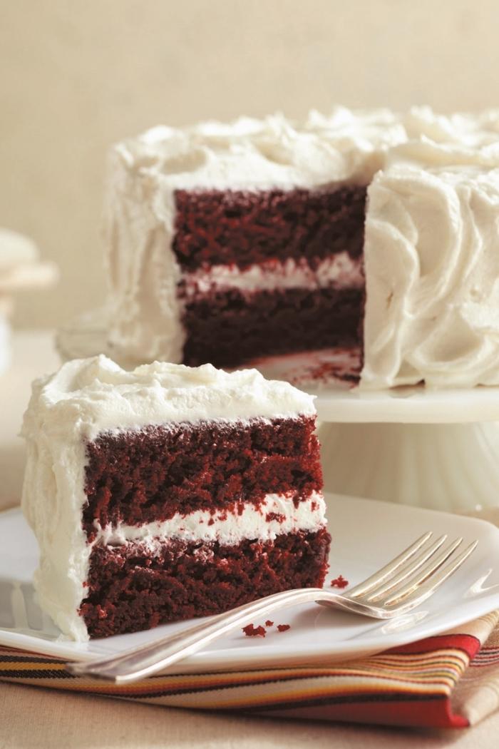 faire un gâteau velours rouge sans oeufs, idée dessert sans oeuf léger, gâteau pour la Saint Valentin en layers blanc et rouge