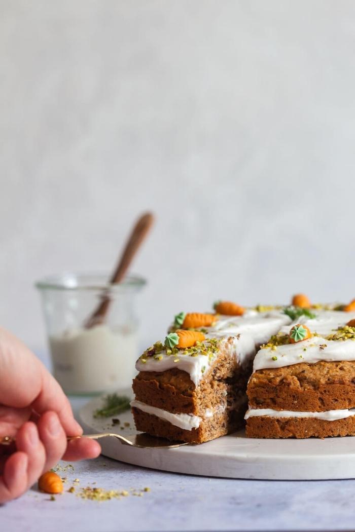comment faire un gâteau aux carottes, exemple de gâteau sans oeuf avec crème blanche, dessert avec compote de fruits