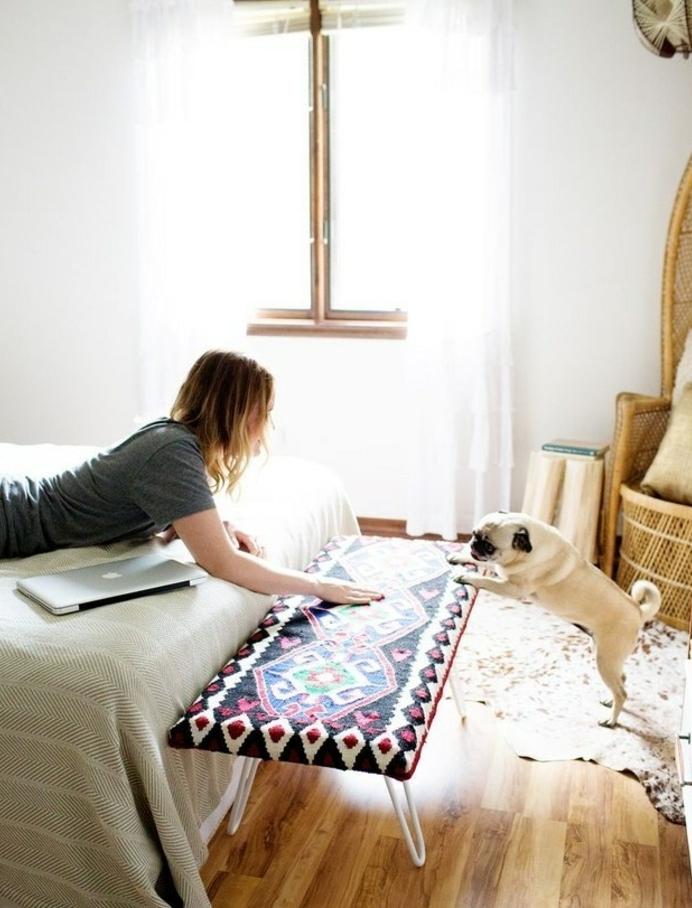 exemple pour personnaliser son intérieur, bout de lit couvert de tapisserie, style oriental, ethnique, décorer sa chambre, chien, couverture de lit grise
