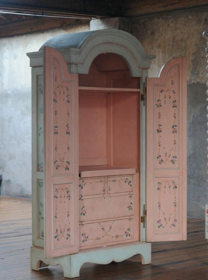 relooker armoire ancienne, armoire exterieur repeint en bleu, intérieur rose pastel, découpage motifs floraux, parquet en bois, comment patiner un meuble