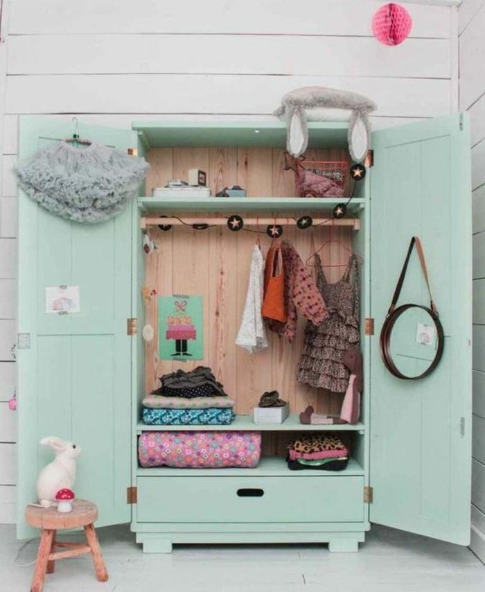 repeindre un meuble, armoire ancienne en bois, parquet blanchi, tabouret en bois, peinture armoire vert pastel, style cocoon, penderie, rangement vêtements