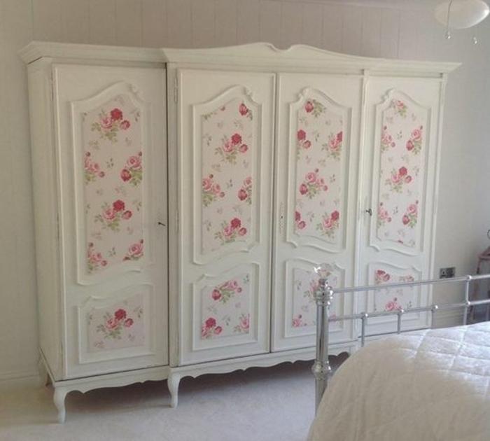 relooker armoire ancienne, armoire vintage blanche, customisée avec du papier peint, motifs floraux, rose, style shabby chic, tapis blanc, linge de lit blanc