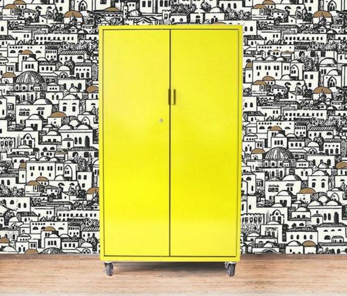 relooker armoire ancienne à roulettes, armoire jaune, mur papier peint paysage urbain graphique, customiser un meuble