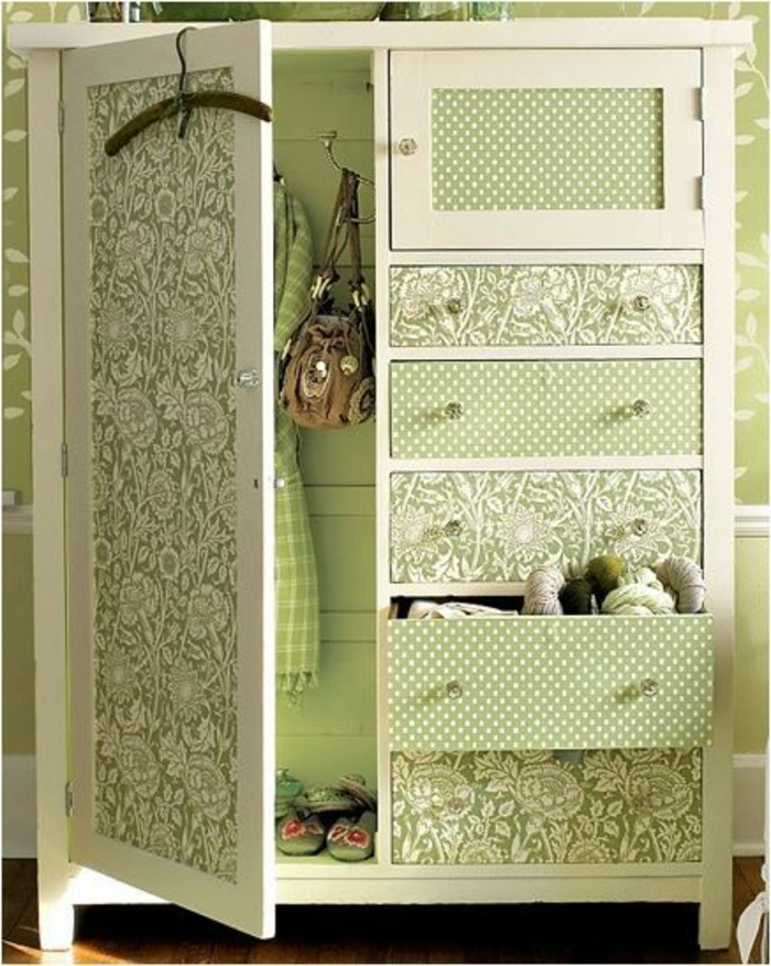 relooker un meuble, idée comment customiser un meuble avec du papier peint, parquet marron, mur vert pistache, motifs floraux