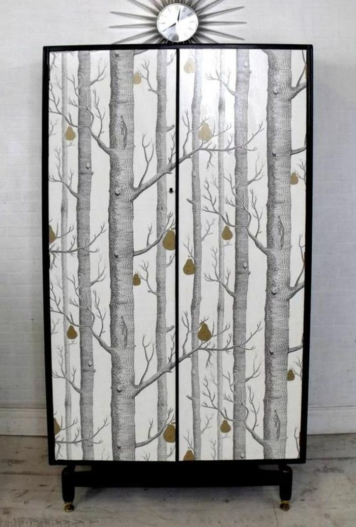 relooker armoire ancienne, papier peint motif forêt nordique, miroir soleil, idée comment customiser un meuble, chambre scandinave