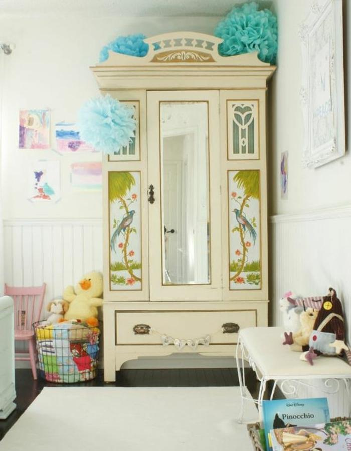 relooker un meuble, armoire ancienne, peinture couleur ivoire, papier peint chinoiserie, tapis blanc, lit, table de linge, jouets, livres, idée déco chambre enfant