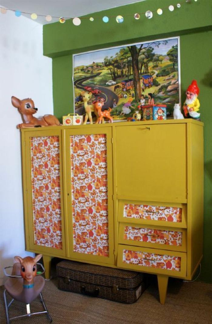 relooker un meuble, armoire enfant repeint en jaune, customiser une armoire à l aide de papier peint, mur d accent vert, deco murale