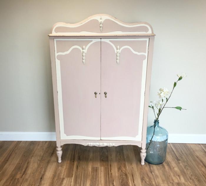 idée comment repeindre un meuble en rose pastel, éléments décoratifs blancs, parquet en bois, mur couleur grise, fleur dans une grande bouteille en verre, relooker une armoire ancienne