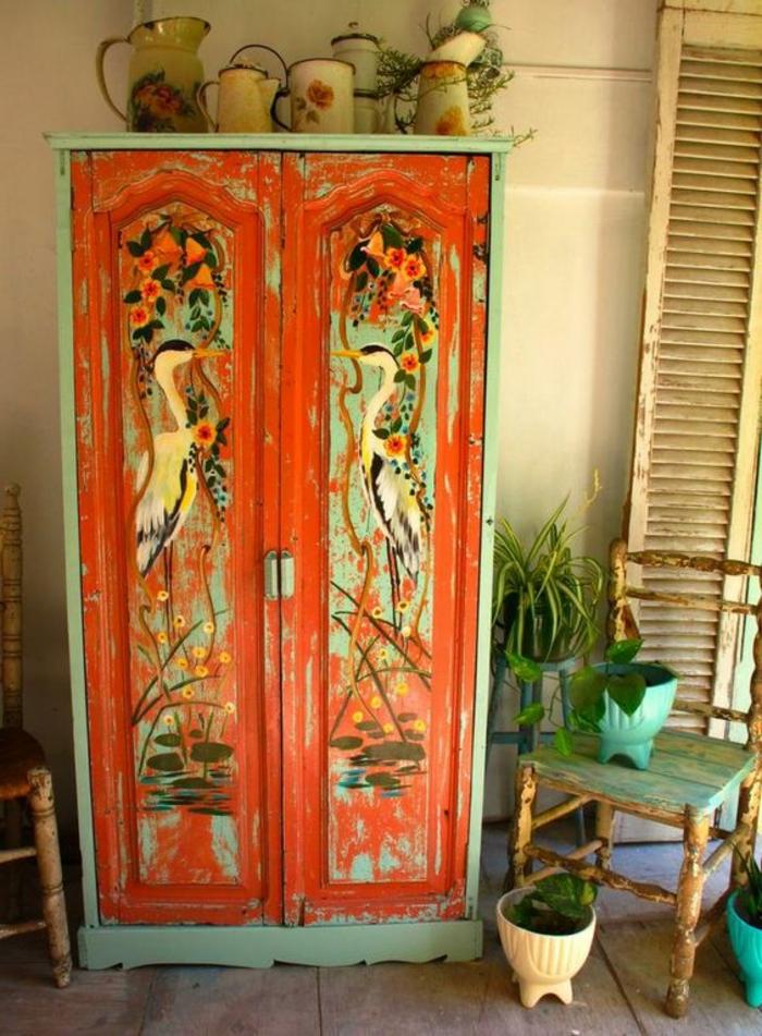 relooker armoire ancienne, meuble repeint en rouge et vert pastel, motifs chinoiserie, ustensiles, plantes vertes, chaise rouillée