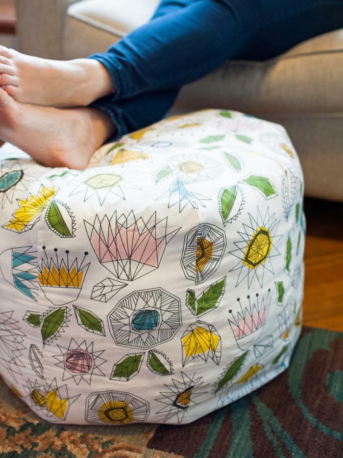 pouf pour enfant, tissu blanc à décoration multicolore, jeans, tapis ethnique, tuto pouf