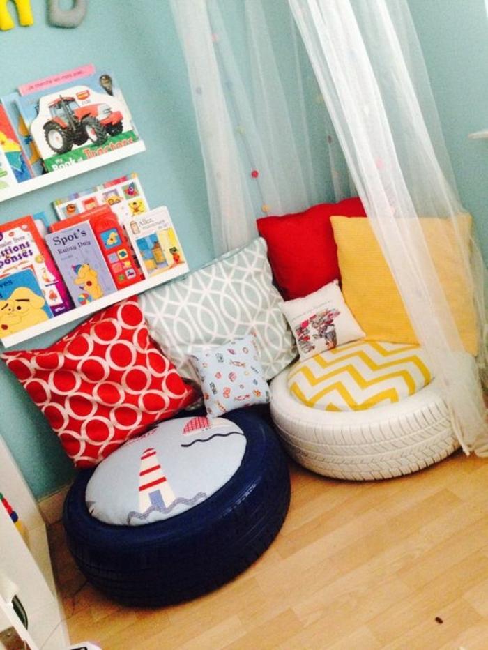 pouf pour enfant, chambre d'enfant, parquet en bois, murs bleus