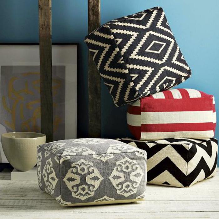 pouf pour enfant, parquet en bois, bol beige, peinture murale, mur bleu clair, pouf décoratifs