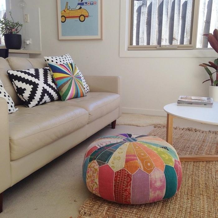 tuto pouf multicolore, peinture murale, table ronde, tapis beige, coussins décoratifs, plantes vertes