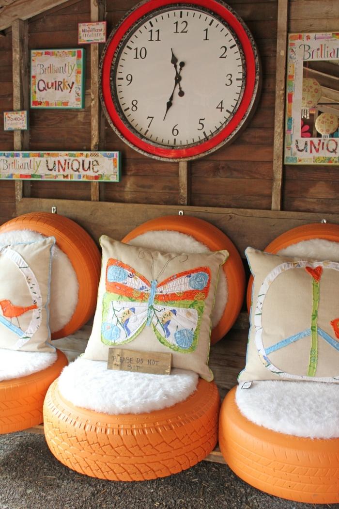 tuto pouf en pneu, décoration pour le jardin, coussins avec papillons, horloge blanc et rouge