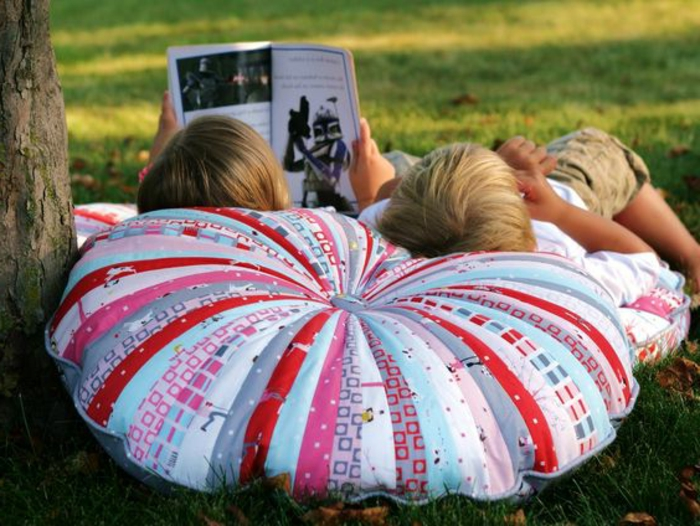 pouf pour enfant, repos dans la nature, pouf multicolore, magazine, frères