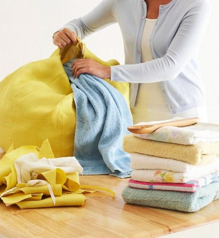 fabriquer un pouf, tissu jaune, serviettes de bains, femme habile, tuto pouf
