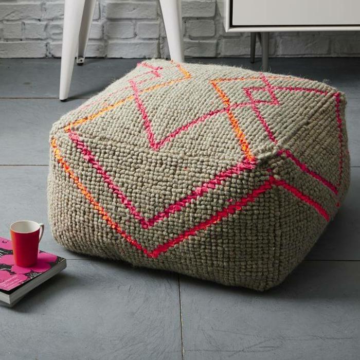 pouf tricot, parquet gris, tasse de café rouge, tuto pouf en crochet