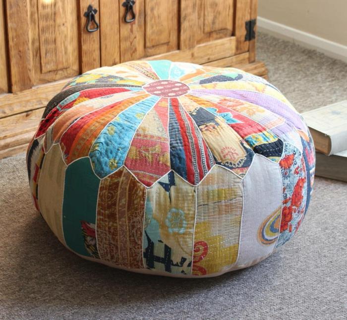 fabriquer un pouf, parquet en bois, armoire en bois, pouf multicolore, livres