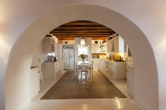 décoration grecque, sol en marbre, plafond en bois, arc, cuisine blanche