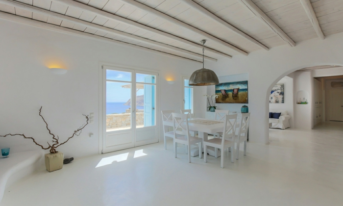 décoration grecque, salle à manger, grande fenêtre, lustre ancien, peinture paysage plage
