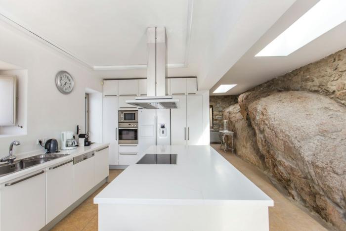 décoration grecque, mur rocher, plafond suspendu, murs blancs