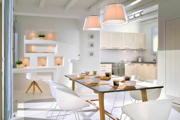 meuble en pierre grec, cuisine blanche, meuble en bois, rideaux longs