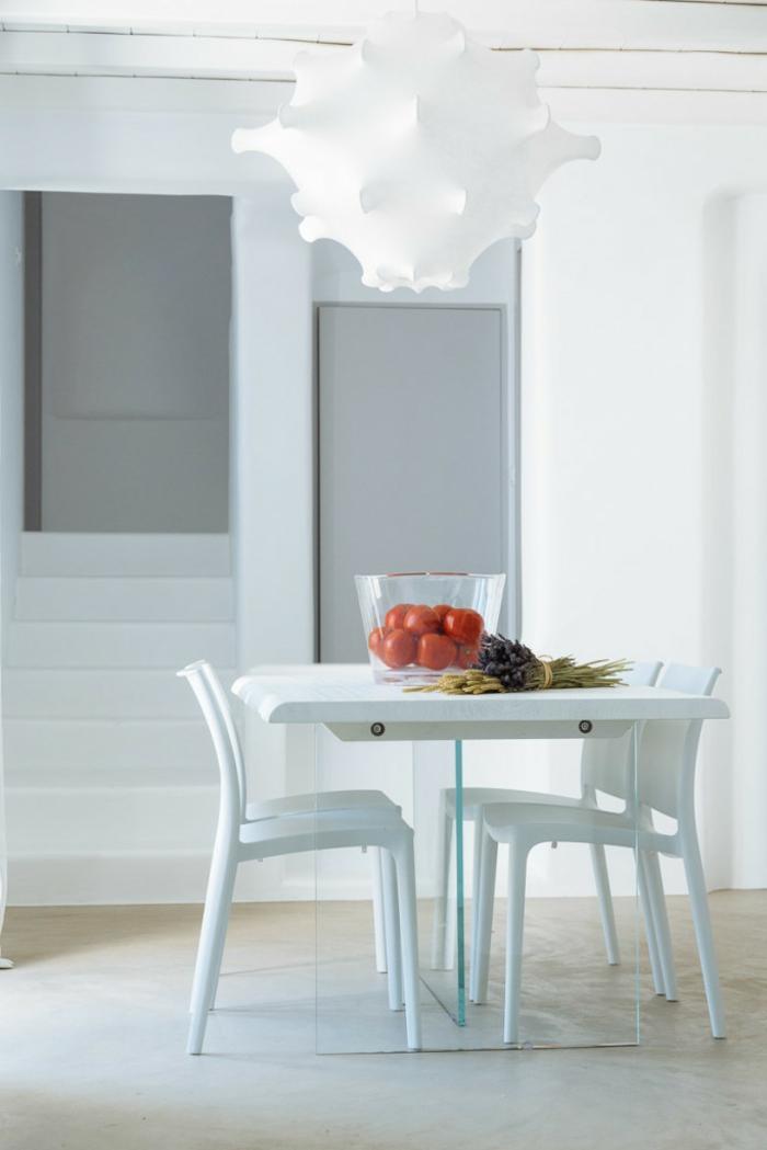 décoration grecque, salle à manger, murs blancs, lustre blanc