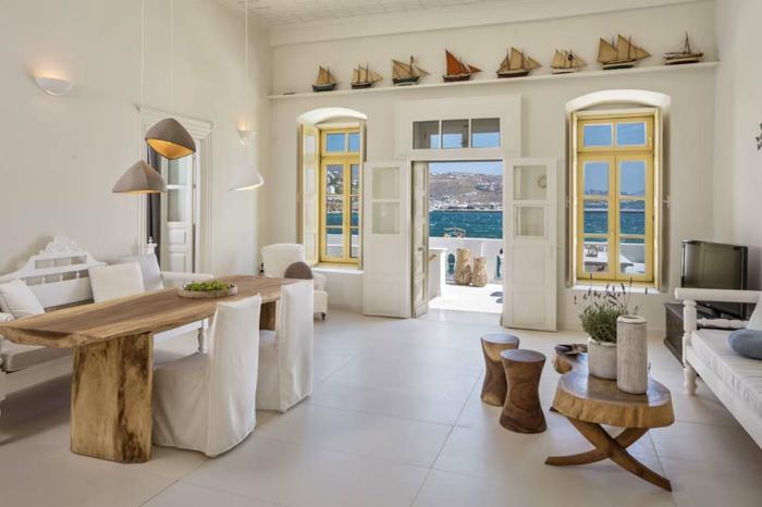 décoration grecque, carrelage blanc, murs blancs, plafond en bois, volets à carreaux
