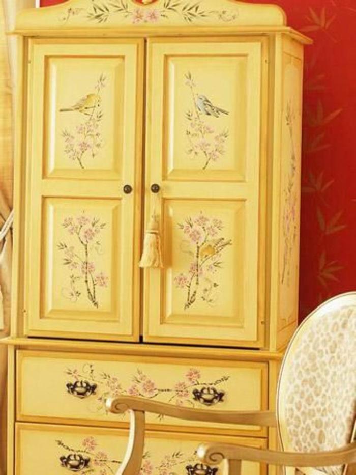 repeindre un meuble, armoire jaune, découpage motifs floraux, chaise vintage, mur couleur rouge, customiser une armoire