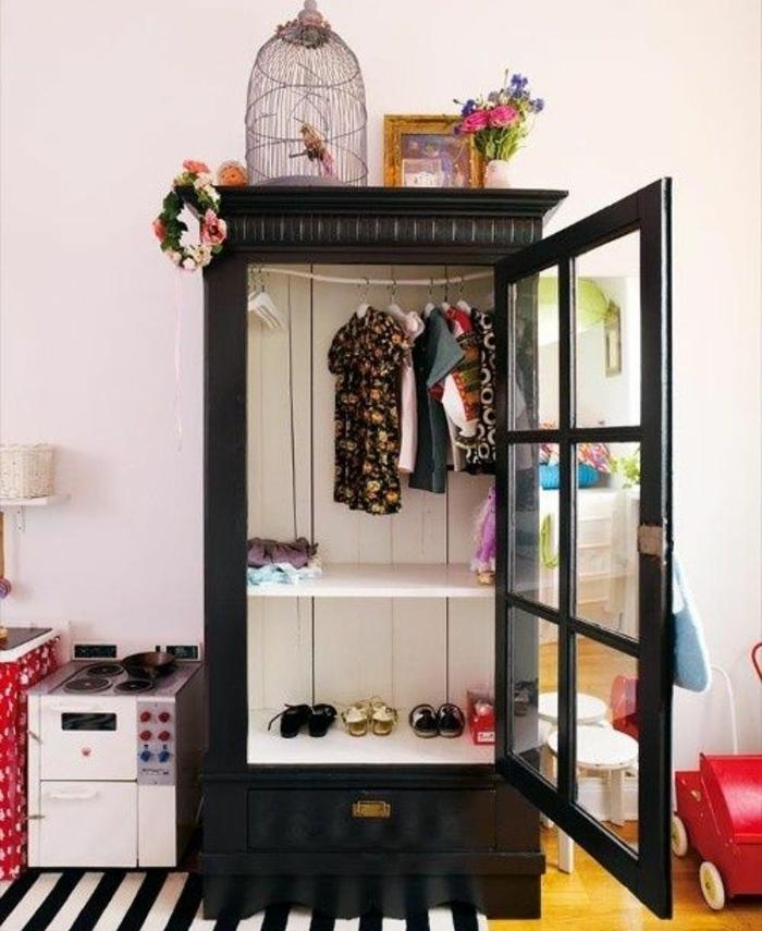 repeindre un meuble, armoire noire, penderie, etageres rangement vêtements, chaussures, tapis à rayures, mur couleur blanche, deco chambre