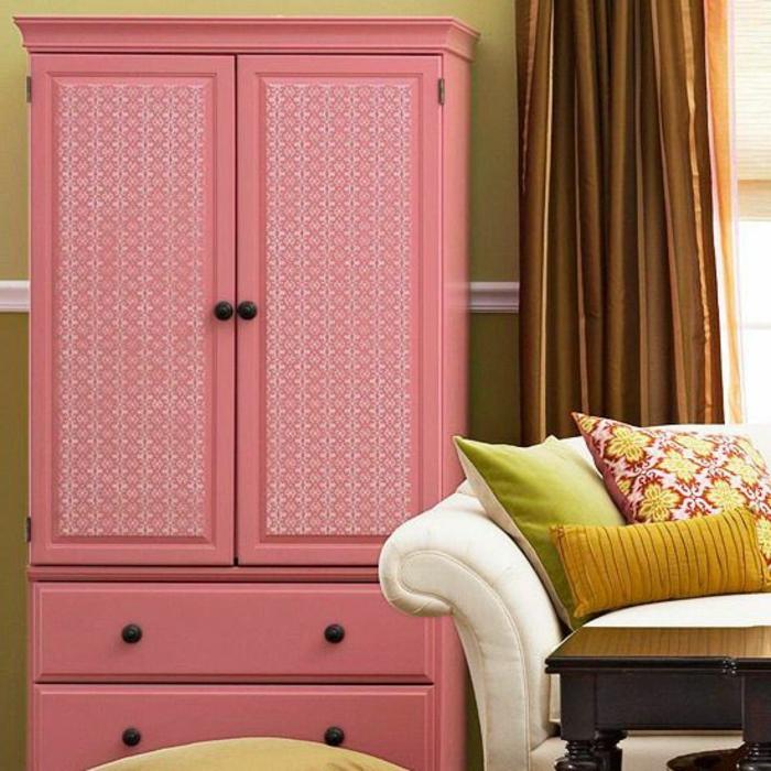 relooker armoire ancienne, idée comment repeindre une armoire, peinture rose et papier peint rose, motifs blancs, canapé, coussins multicolores