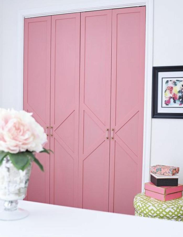 repeindre un meuble, portes de dressing en rose pastel, mur couleur blanche, tabouret en blanc et vert, bouquet de fleurs, toile art décoratif