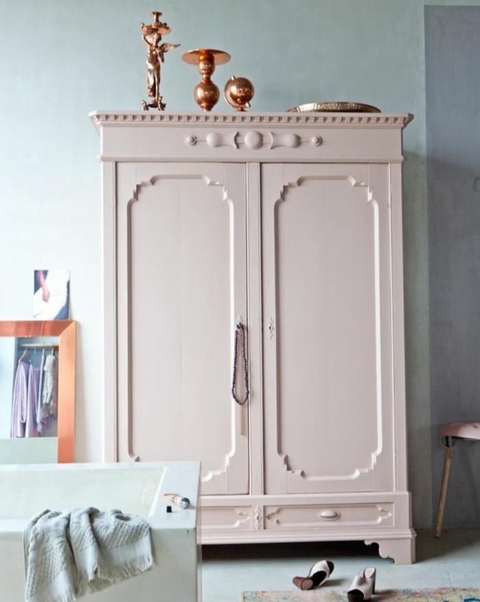repeindre un meuble, couleur ivoire, petites sculptures décoratives, miroir, baignoire à poser, tapis usé, idée aménagement chambre fille