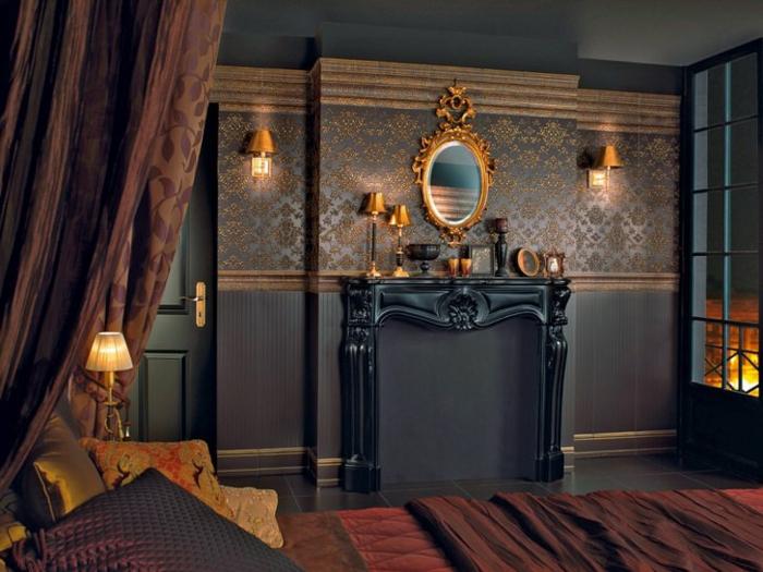 lit baroque, chambre à coucher, lampe de chevet dorée, cheminée noire, rideaux marron à motifs floraux