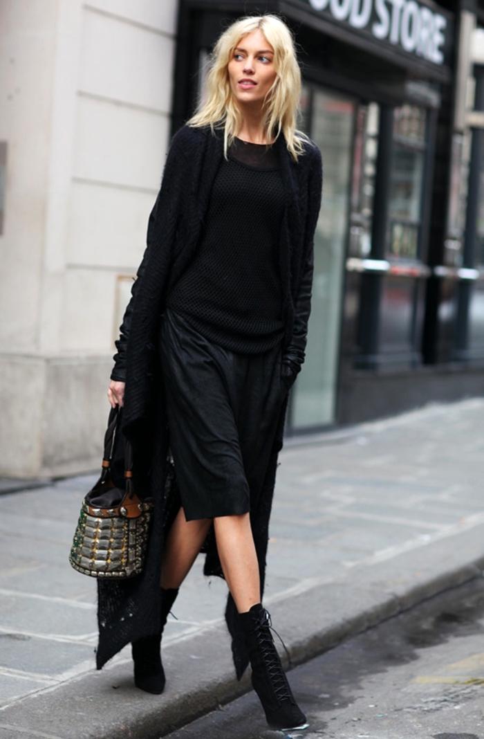 vetement noir, pull-over noir, bottes à lacets et à talons, cheveux blonds