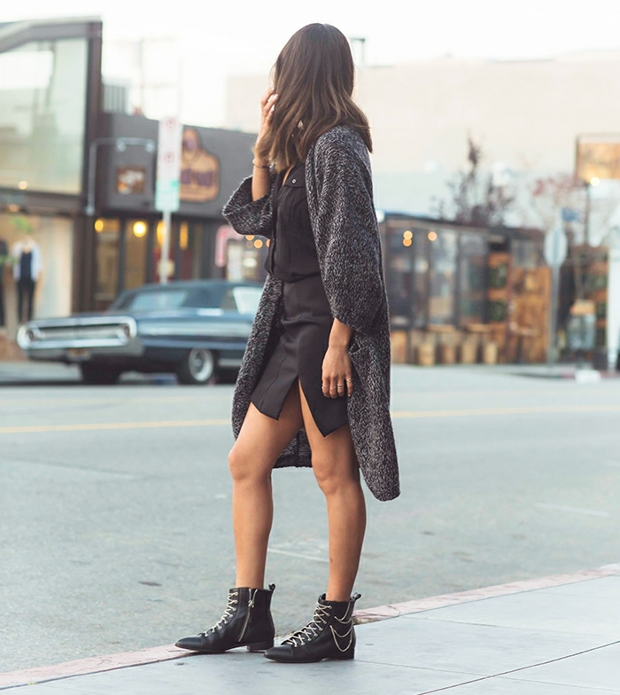 chemise noire, jupe courte, manteau long en gris et noir, bottines à lacets