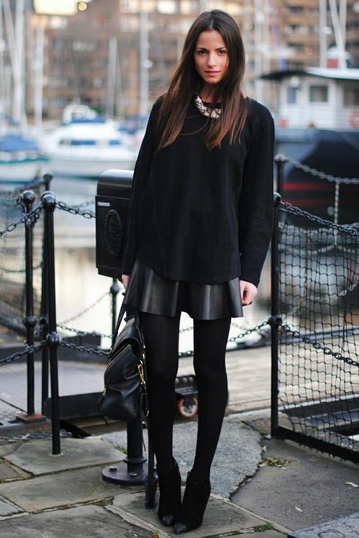 tenue avec bottines, jupe en cuir noir, pull-over noir, sac à dos en cuir