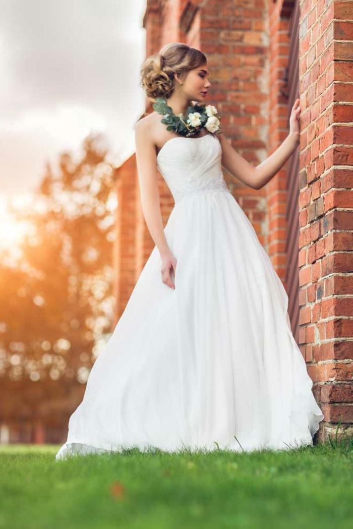 robe de mariée grecque, jupe évasée, collier en fleurs, cheveux blonds