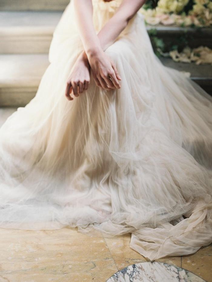 tenue grecque pour votre mariage, robe en couleur écru, jupe à taille haute et en tulle