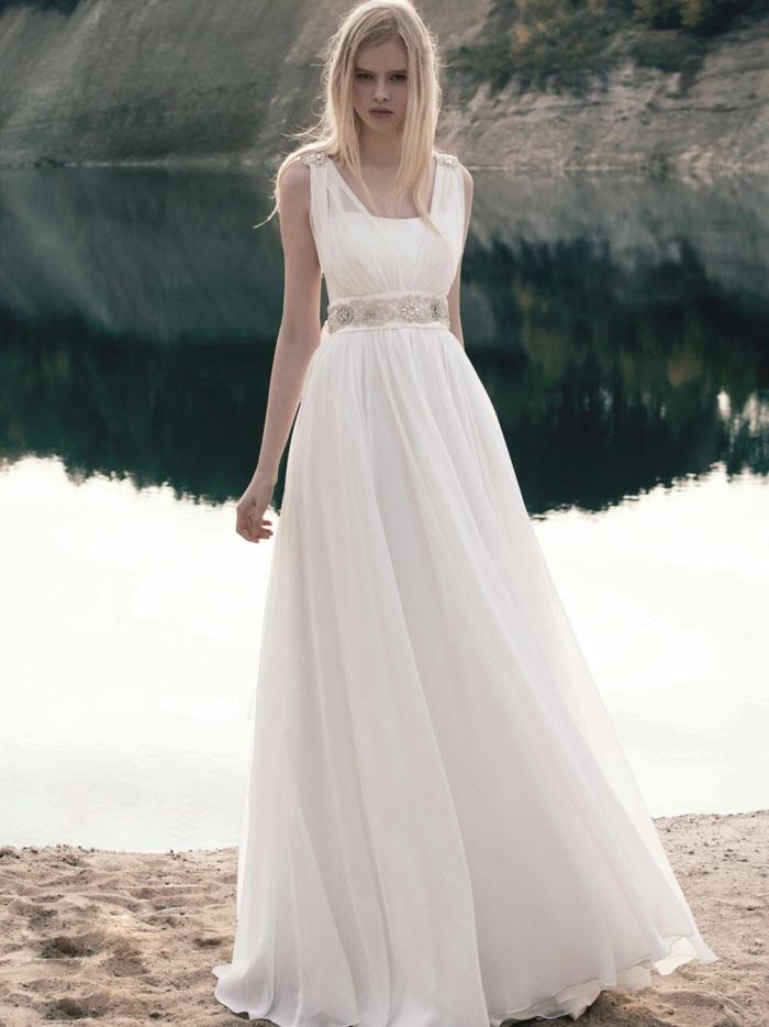 robe grecque, ceinture en diamants, jupe évasée, cheveux blonds détachées