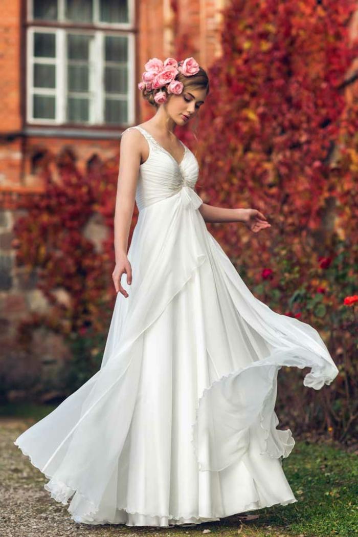 déesse grec, robe de mariée blanche à voiles, bustier cœur, roses dans les cheveux